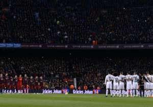 Barcelona y Real Madrid se enfrentan este sábado en el primer Clásico de la temporada 2016/17, partido al que los blancos llegan con seis puntos de ventaja respecto a los blaugranas. En esta galería repasamos las controversias más recordadas de los Clá...