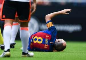 Andres Iniesta lag einige Zeit verletzt am Boden