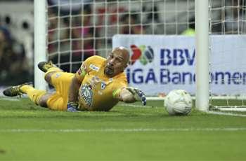 Oscar Perez sets eyes on Oswaldo Sanchez's appearance record