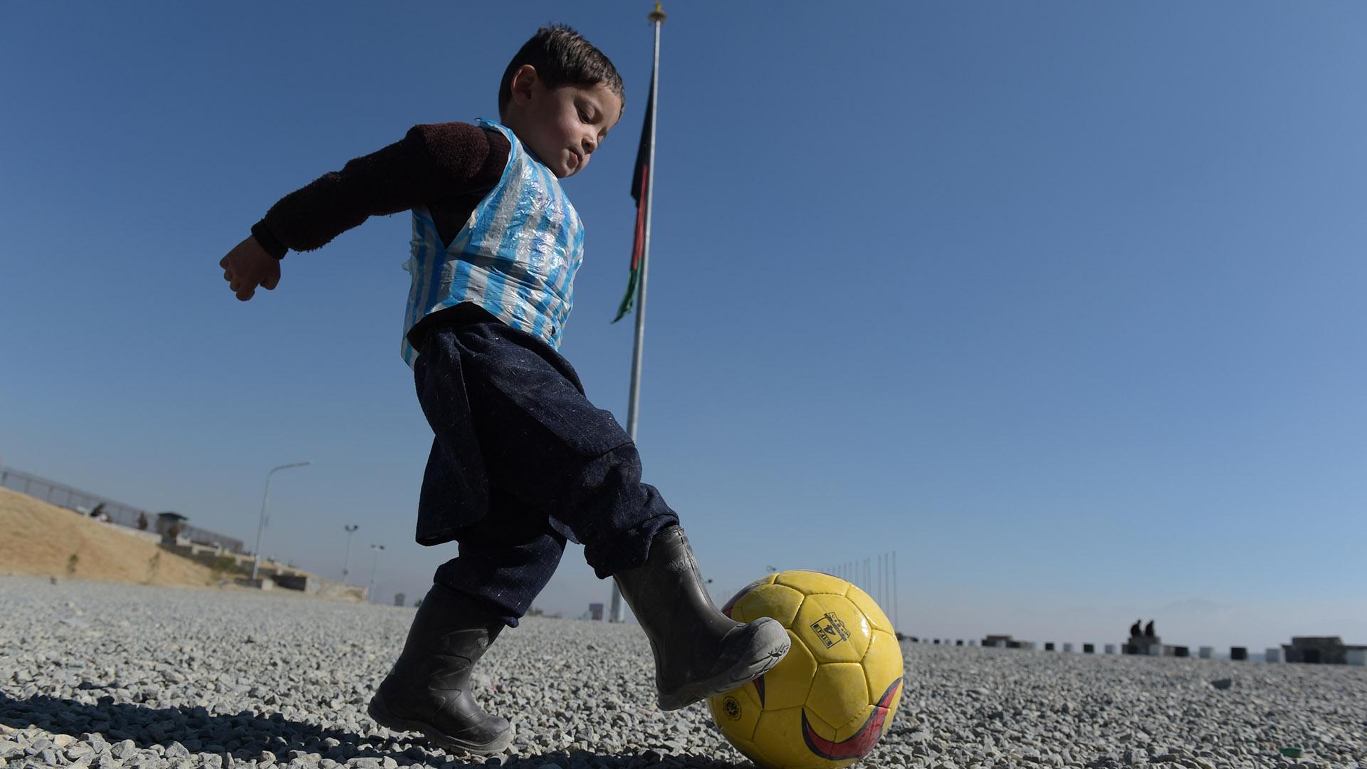 Dalla maglia di plastica all'abbraccio: Messi realizza il sogno di Murtaza