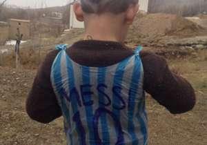 O garoto de cinco anos vestiu uma camiseta feita de sacola. Veja mais imagens do fenômeno da internet.