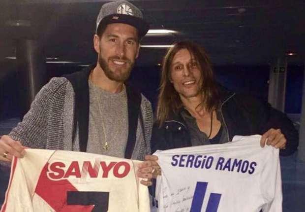 El extraño regalo de Caniggia a Ramos: una camiseta del Burrito Ortega