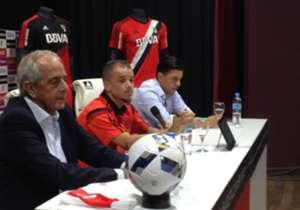 El Cabezón, acompañado por el presidente D'Onofrio y el DT Gallardo.