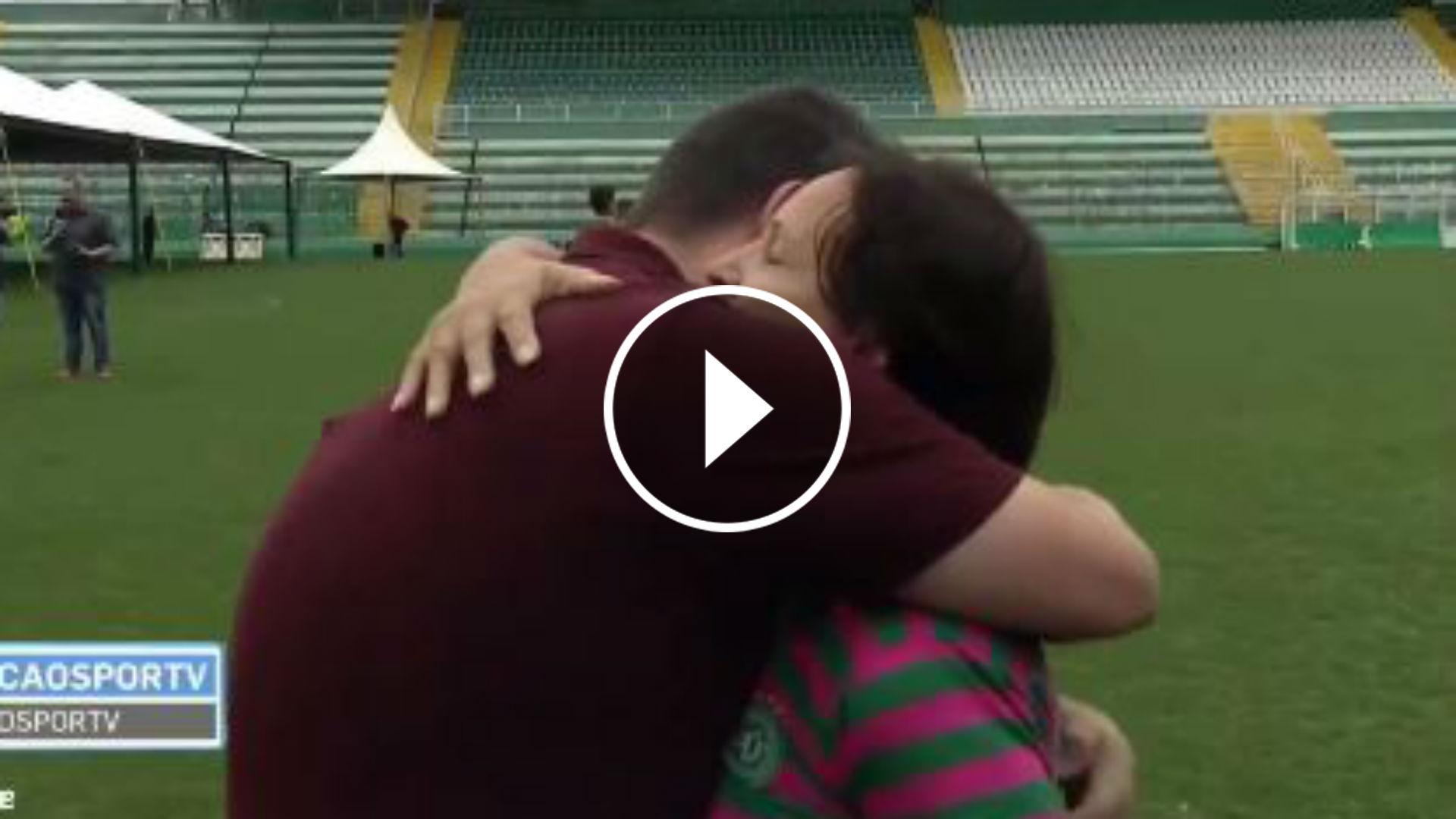 Estremecedor abrazo de madre de fallecido en Chapecoense a periodista