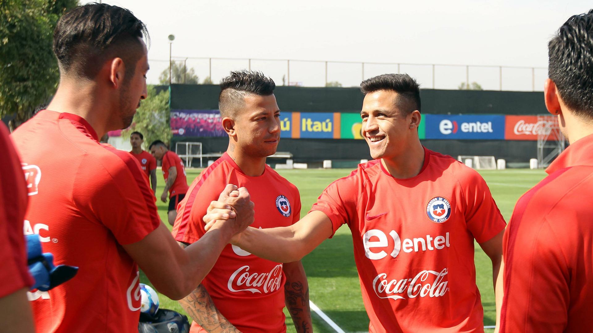 Sánchez ya entrena normal pero Medel sigue preocupando en La Roja