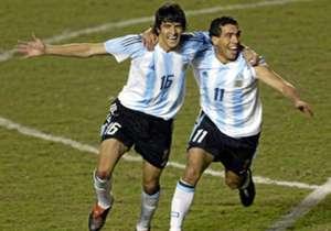 En julio de 2004, Tevez celebra un gol con Lucho González: fue ante Colombia, en la Copa América de Perú, que Argentina perdió en la final.