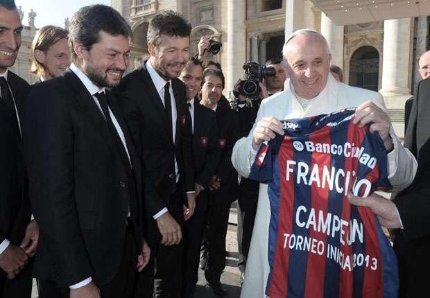 Tinelli y Lammens con el Papa, cuando el Ciclón ganó el torneo local