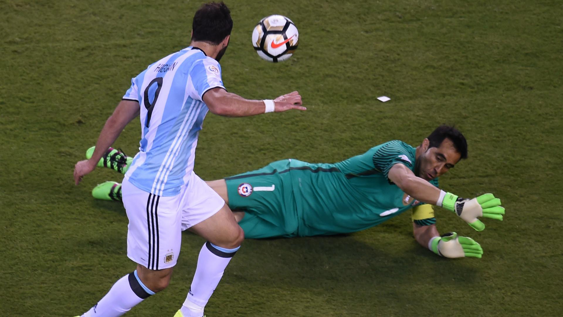 Gonzalo Higuain Claudio Bravo Argentina Chile Final Copa America Centenario 26062016
