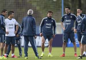 La Selección argentina puso primera de cara a la Copa América próxima a disputarse en Chile y tuvo su primer entrenamiento con 14 jugadores, mientras aguarda la llegada la próxima semana del capitán Lionel Messi.