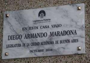 Placa homenaje a Maradona