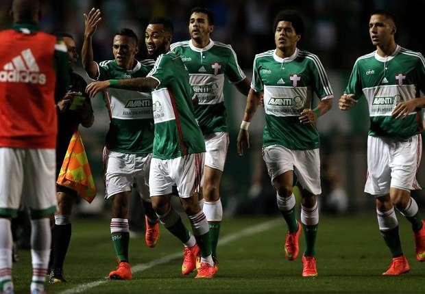 Los jugadores fueron a festejar el gol al banco.