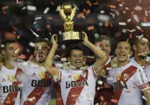 Rodrigo Mora levanta el trofeo para que las sonrisas sean más grandes.