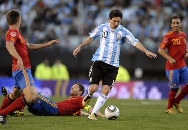 Leo Messi ante España en el Monumental en 2010