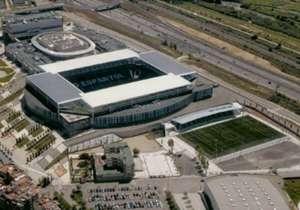 El estadio de Espanyol, el Cornellà el Prat, se encuentra a sólo cincuenta metros del Nuevo Municipal, de Unió Esportiva Cornellà, que milita en la Segunda División B de España.