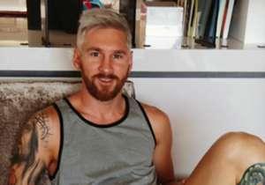 Belum cukup sampai di situ, perubahan penampilan Messi semakin radikal dengan mengecat pirang rambutnya!