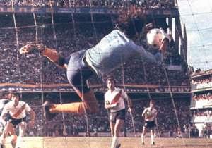 Hugo Gatti jugó en River entre 1964 y 1968, pero se identificó más con la camiseta de Boca, donde consiguió seis títulos, entre ellos la primera Copa Libertadores de la historia del club.
