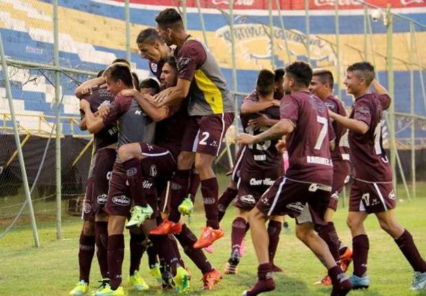 Los chicos de Lanús festejan uno de los goles al Bolivar.