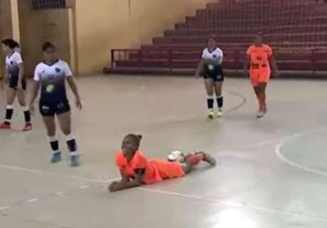 Brutal patada en un partido de futsal
