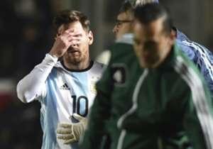"""El mejor jugador del mundo se retiro lesionado tras chocar con Morazán. Según el parte médico oficial de la Selección, La Pulga """"sufrió un traumatismo en el lado izquierdo de la zona lumbar y la parrilla costal""""."""