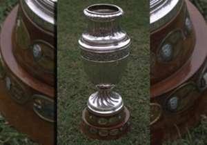 La Copa más preciada a nivel continental. Cuando fue tomada apenas tenía dos anillos con los nombres de los ganadores. Hoy tiene cuatro.