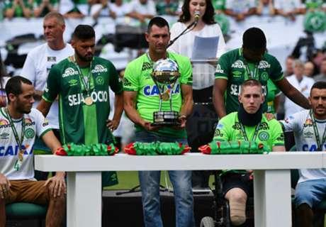 Taça e homenagens na Arena Condá
