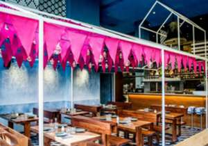 O restaurante tem mil metros quadrados em interior, divididos em duas áreas, mais um jardim externo.