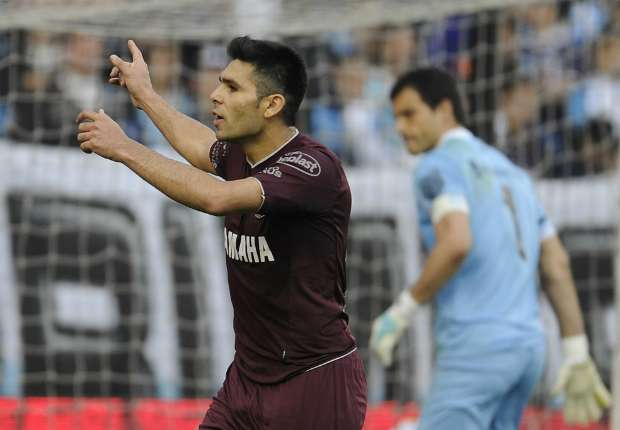 Romero grita su gol; Saja lo sufre