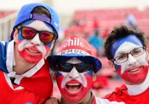 Que no falte el color. Estos hinchas chilenos no ahorraron en maquillaje para ir a ver al campeón de América.