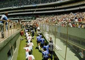 Los equipos salen a la cancha ante un estadio Azteca completamente desbordado de gente. Diego, como siempre, encabeza el pelotón.