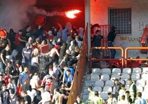 Como si fuera poco, los fans de Red Star comenzaron a cruzarse también con la policía.