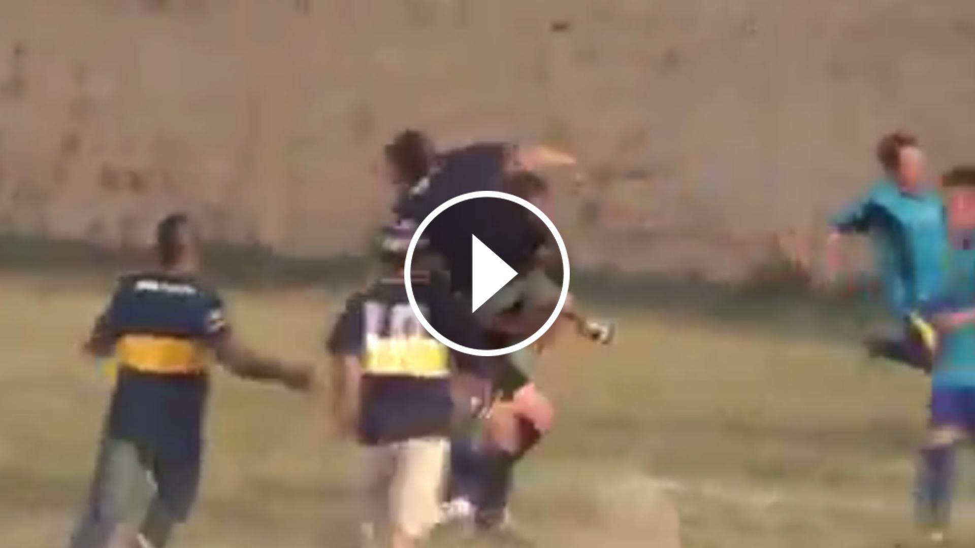 Por pitar un penalti, árbitro es brutalmente golpeado en Argentina