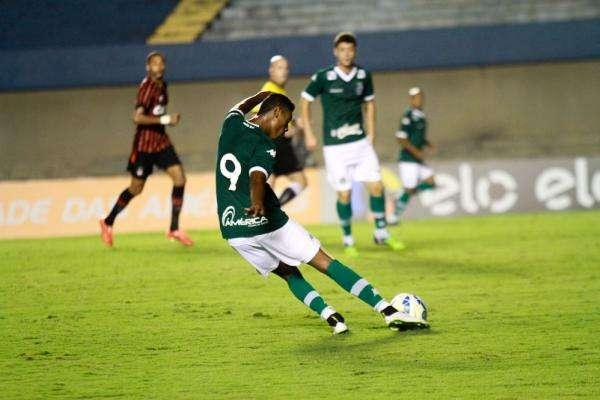 Bruno Henrique marcou os dois gols da vitória do Esmeraldino