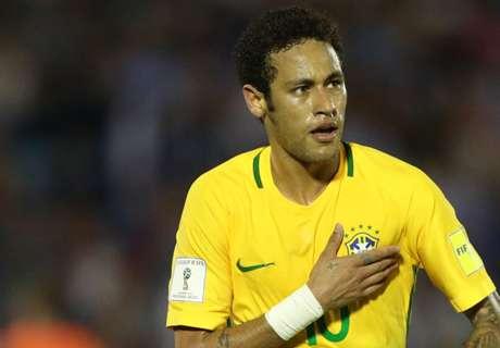 Neymar recebe camisa de Suárez