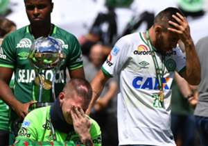 Immagini toccanti per la prima gara della Chapecoense dopo il disastro aereo di fine 2016. La Supercoppa Sudamericana è stata consegnata ai sopravvissuti Ruschel e Follmann prima dell'amichevole col Palmeiras