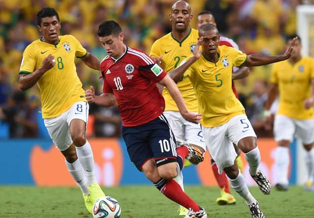 James Rodriguez lotta contro la difesa verdeoro