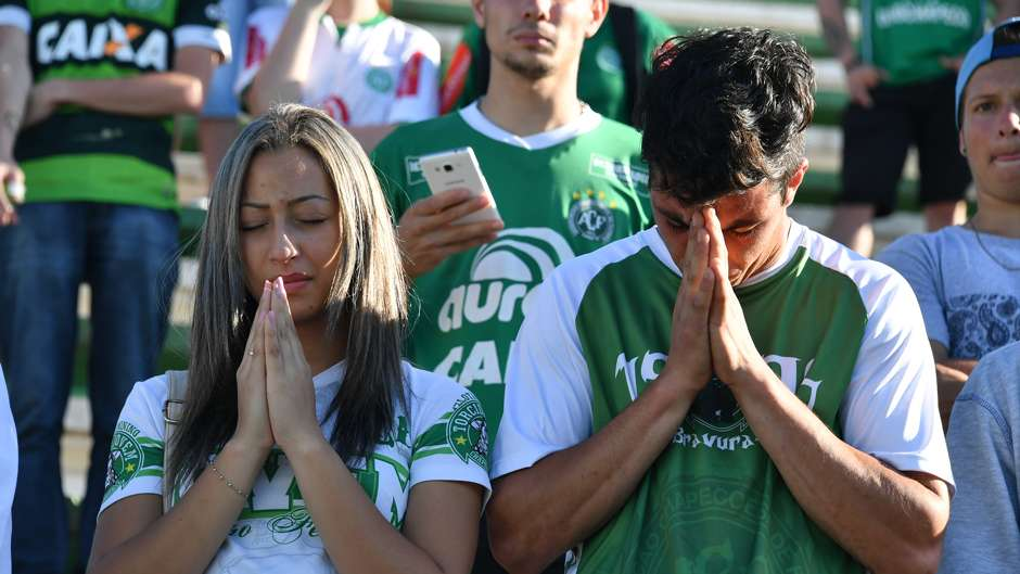 Fans Chapecó luto mourns Chapecoense tragedy Arena Conda 29112016