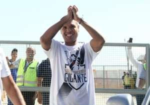 Luis Fabiano torna a giocare in Brasile a 36 anni dopo l'esperienza cinese: migliaia di tifosi del Vasco da Gama ad accoglierlo all'aeroporto di Rio.