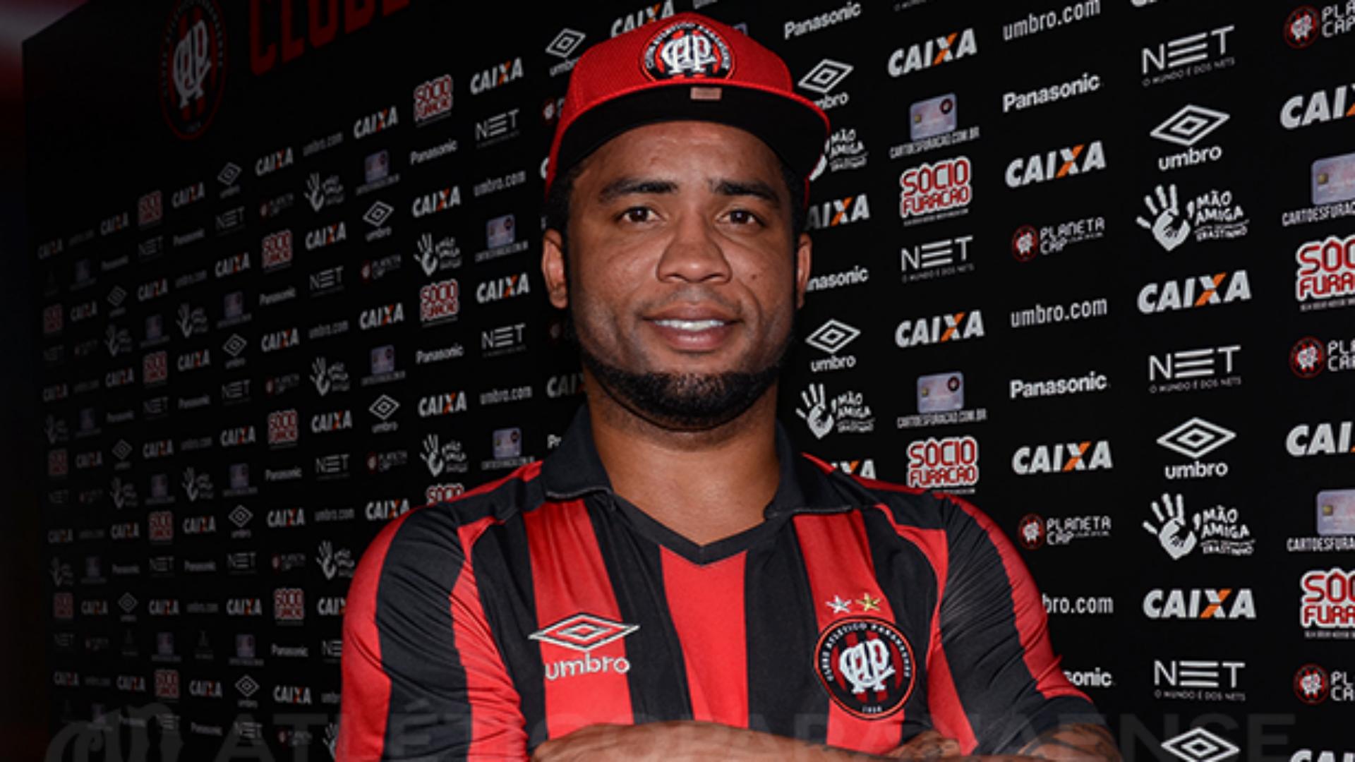 Carlos Alberto (ex-FC Porto) pede rescisão com o Atlético PR — Brasil