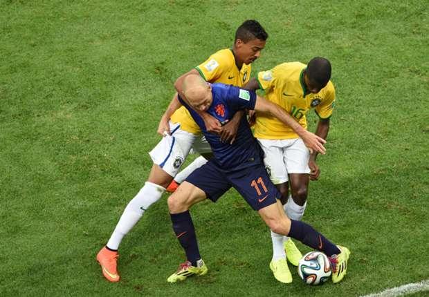 Arjen Robben Luiz Gustavo Ramires Brazil Netherlands 2014 World Cup third-place playoffBrazil Netherlands 2014 World Cup third-place playoff
