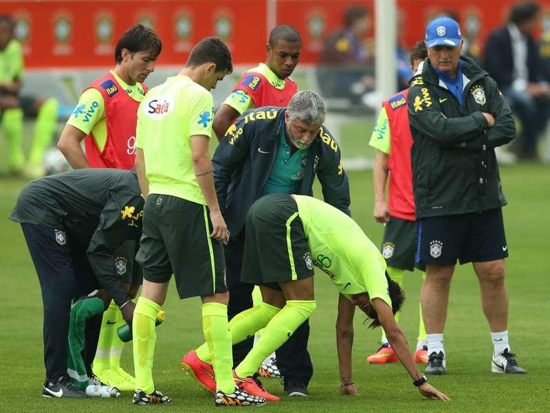 Neymar dá susto durante treino da Seleção Brasileira