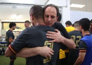Emoção começou no vestiário, com abraço em goleiro Rogério Ceni