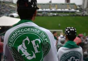 Desde las primeras horas los hinchas atestaron el estadio Arena Condá para recibir a las víctimas del trágico accidente aéreo.