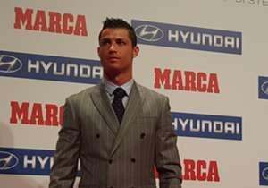 CRISTIANO RONALDO | No sólo es uno de los mejores jugadores de la actualidad, sino que también es uno de los que mejor viste. El crack de Real Madrid siempre ha cuidado su estilismo hasta el extremo.