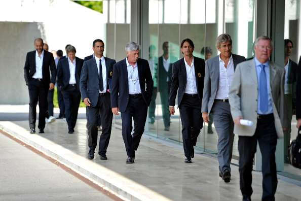 Manuel Pellegrini camina detrás de Alex Ferguson.