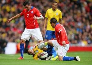 Medel considera exagerada la reacción de Neymar.