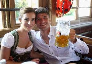 Thomas Müller y su esposa Lisa.