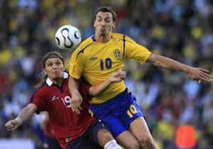 El gran Zlatan, otro enorme delantero que tuvo que pelear contra el chileno.