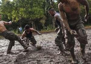 Algunos guerrilleros de las FARC se divierten con la pelota mientras se firma el acuerdo de paz con el gobierno.