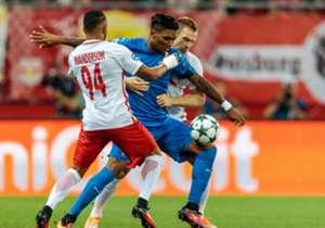 Zagrebs Junior Fernandes setzt sich gegen zwei Salzburg-Spieler durch