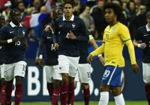 Brasil leva susto: Zagueiro Varane abriu o placar para a França no primeiro tempo em jogada aérea
